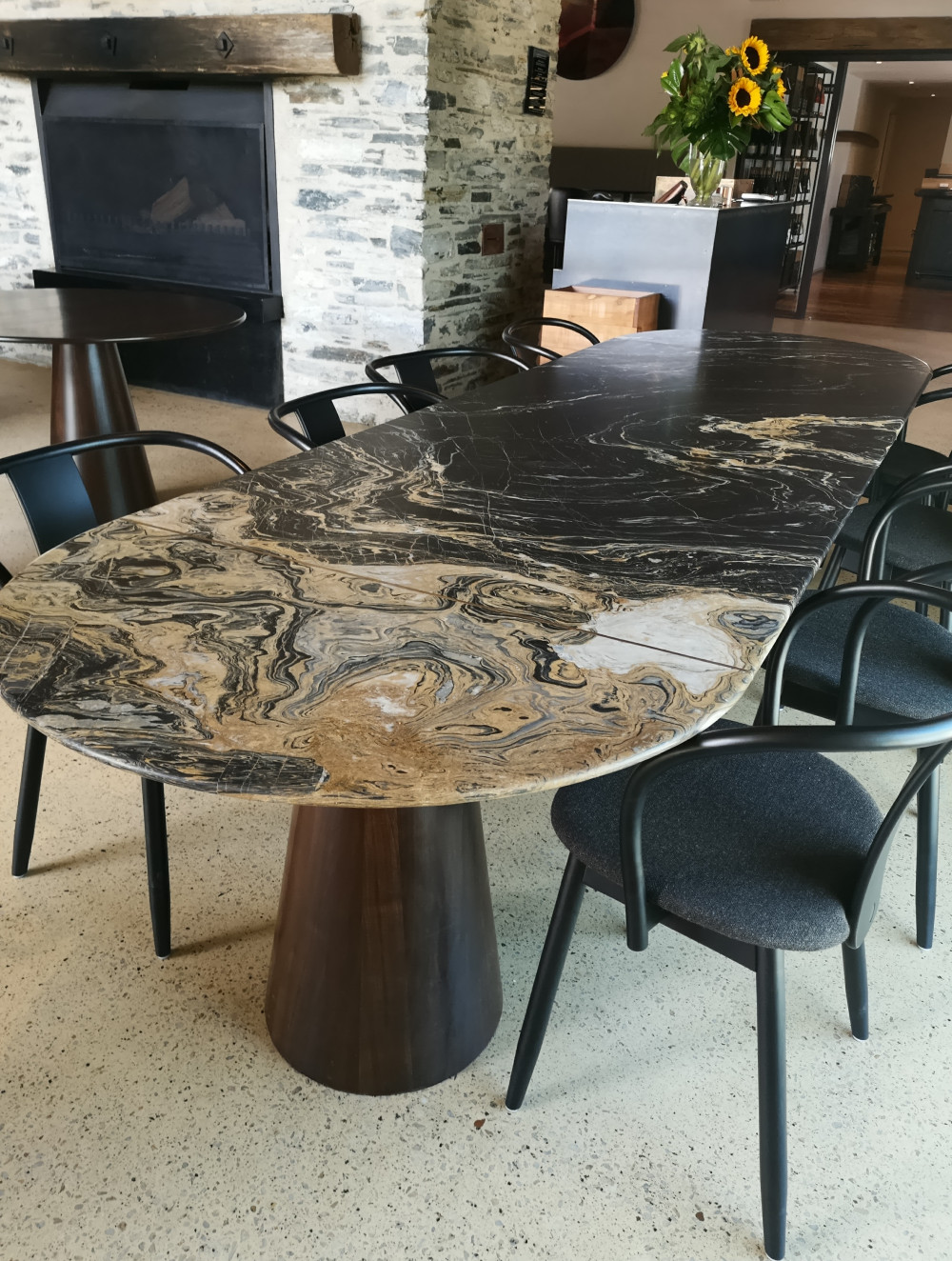 Amisfiled Dining table